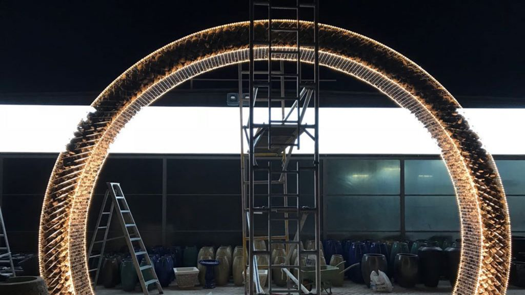 Arco in acciaio e pietra, showroom Dubai