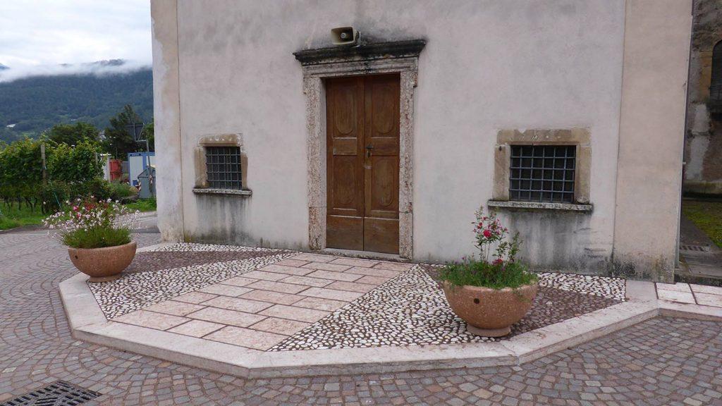 Pavimentazione ingresso chiesa con ciottoli