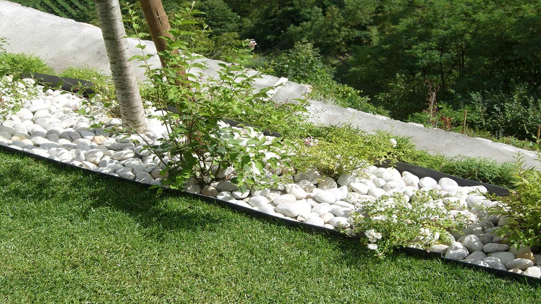 Aiuole con sassi bianchi free great ciottoli per for Sassi bianchi da giardino prezzo