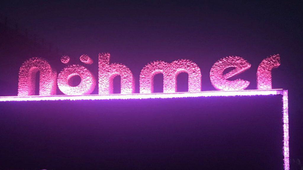 Logo Nohmer illuminato rosa