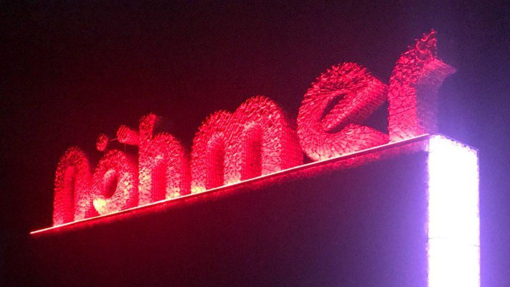 Logo Nohmer illuminato rosso