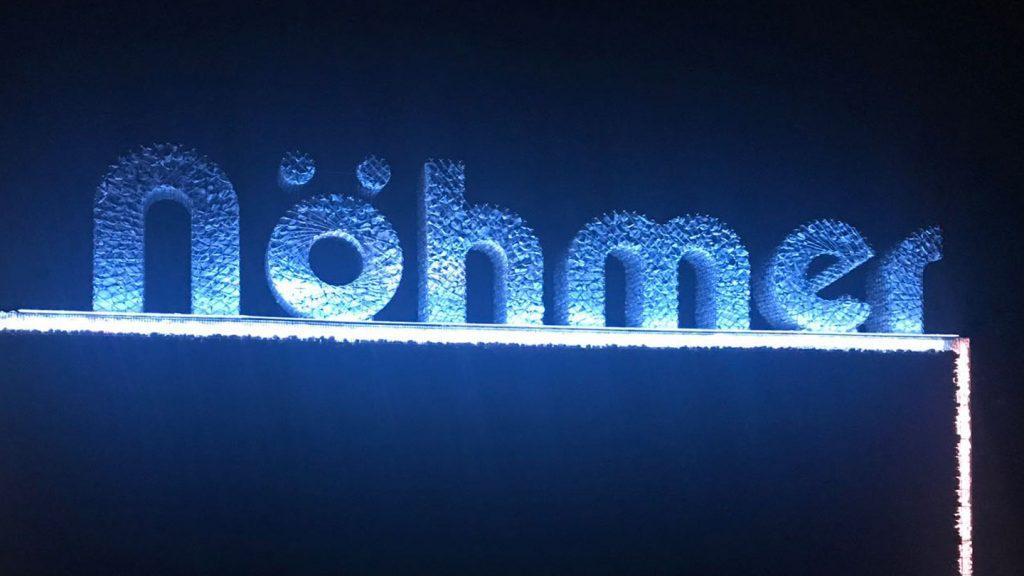 Logo Nohmer illuminato azzurro