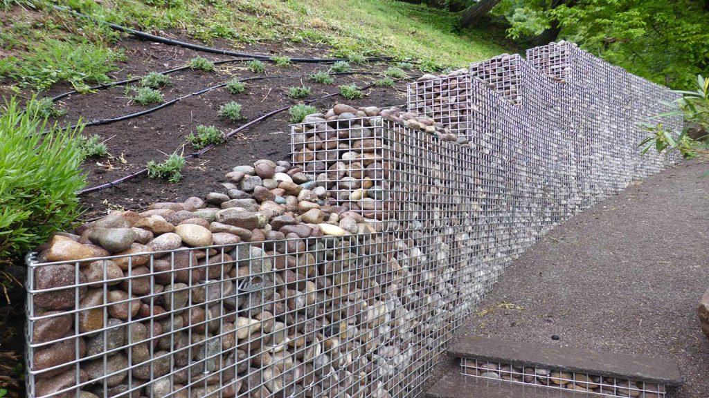 Muro sentiero in acciaio inox e ciottoli