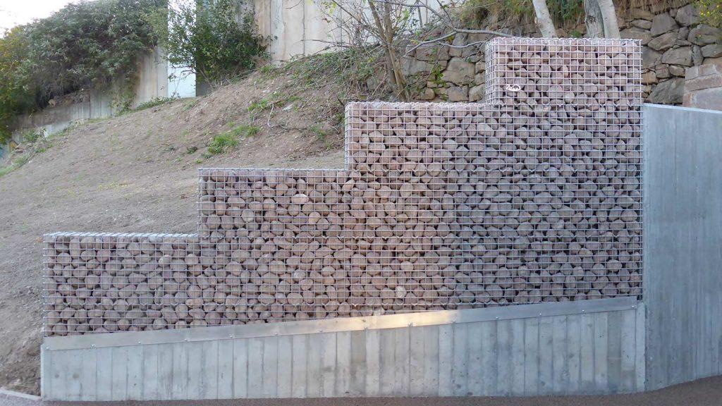 Muro cimitero con gabbie in inox e ciottoli