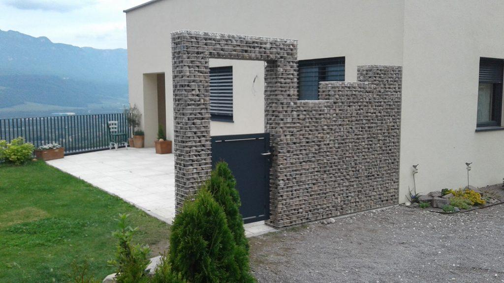 Muro giardino con ciottoli