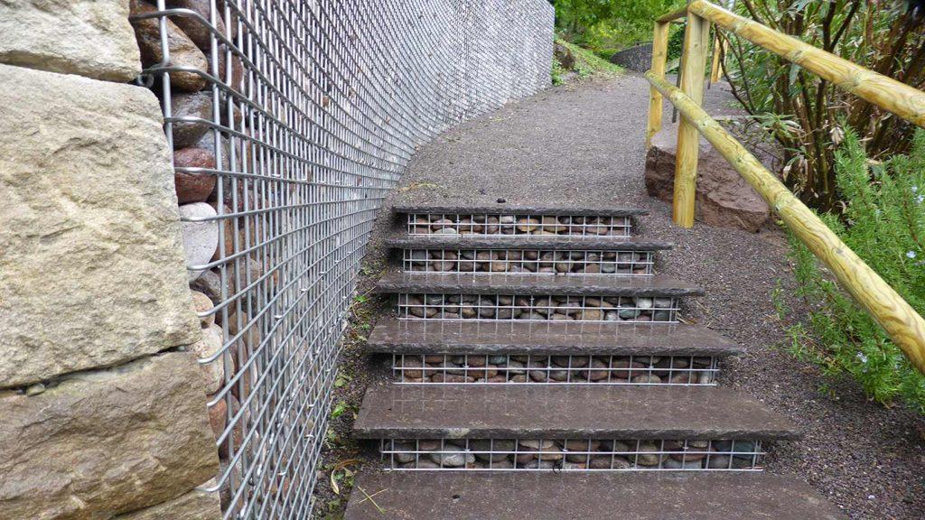 Sentiero con gabbie in acciaio e ciottoli