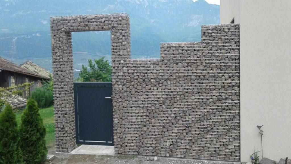 Muro giardino in acciaio e ciottoli