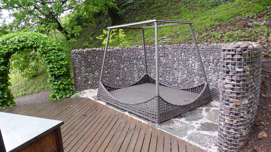 Muro curvo in acciaio inox e ciottoli
