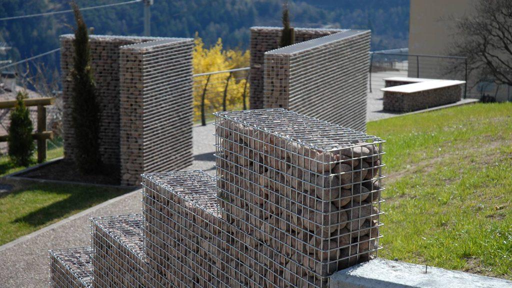 Muro in acciaio inox e ciottoli