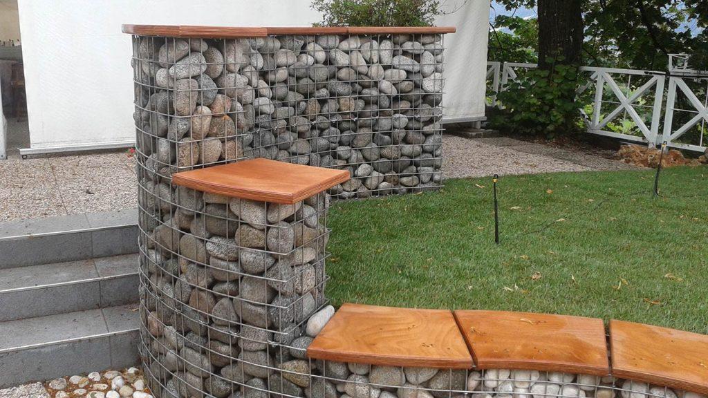 Panca e bancone in acciaio, pietra e legno