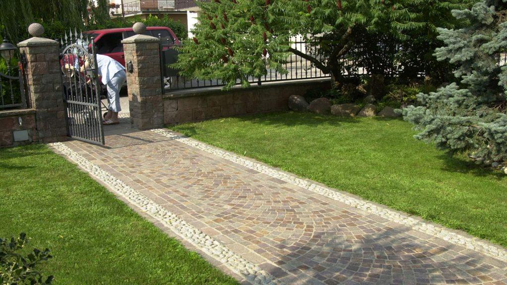 Pavimentazione con ciottoli e cubetti porfido