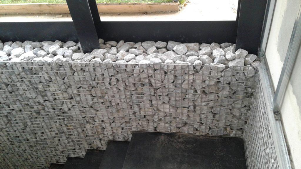 Rivestimento parete in acciaio inox e pietra