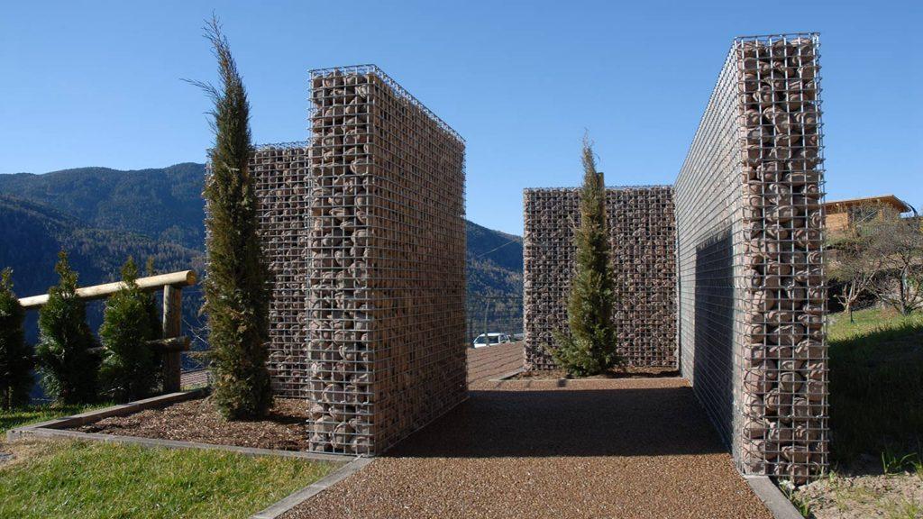 Muri in acciaio del sentiero della memoria