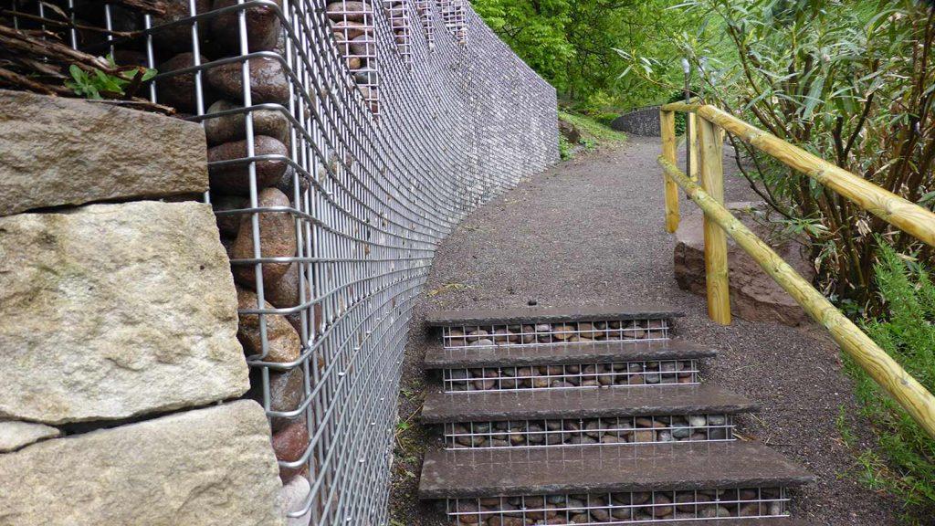Sentiero con gabbie in acciaio inox