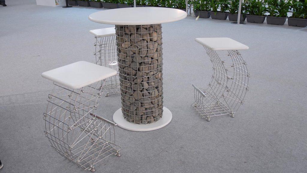 Tavolo con sgabelli in acciaio e pietra