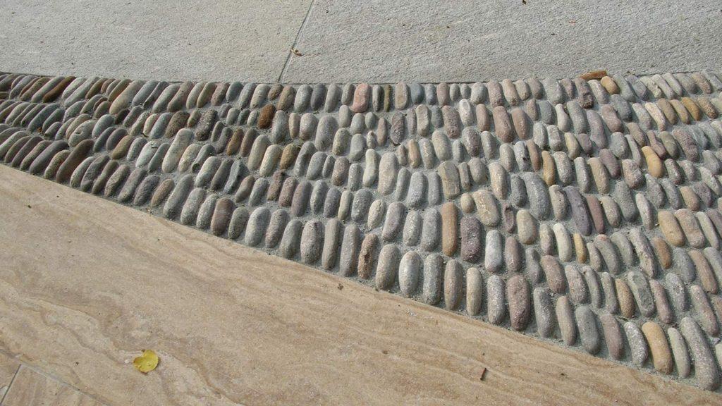 Pavimentazione con ciottoli piatti in verticale