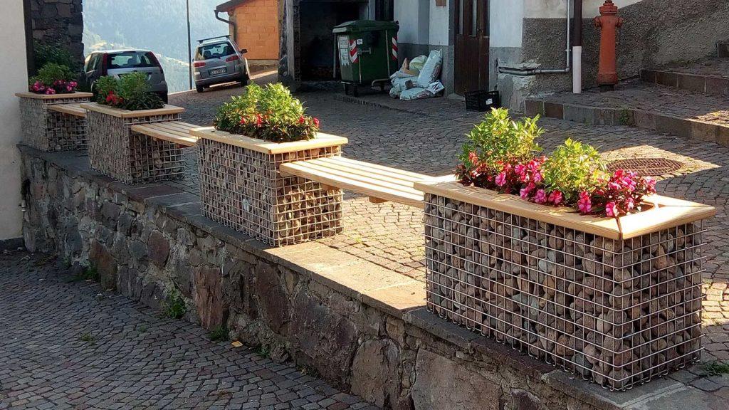 Panchine e fioriere in acciaio inox e legno
