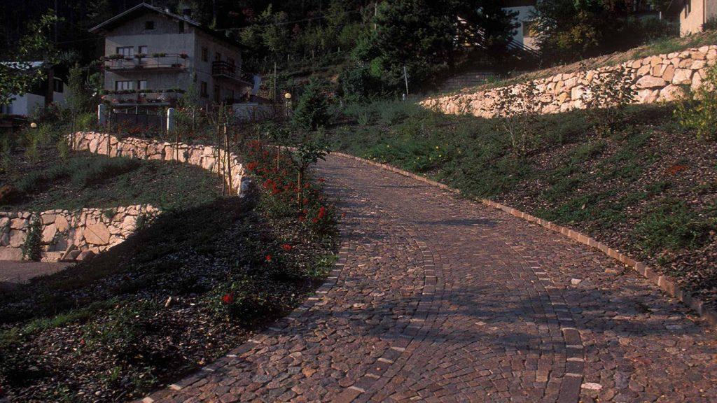 Pavimentazione ciottoli tranciati e porfido